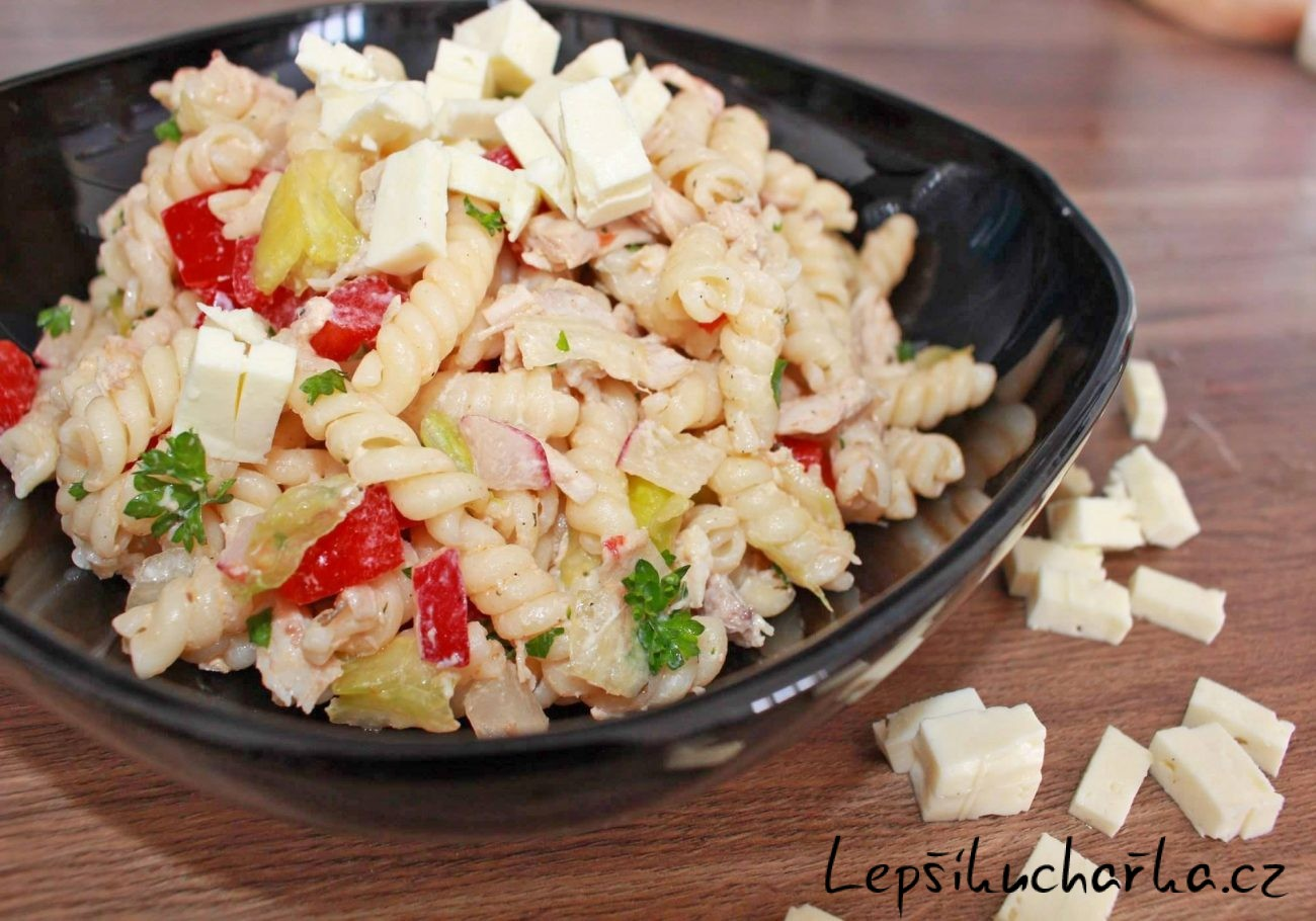Těstovinový salát s ředkvičkama